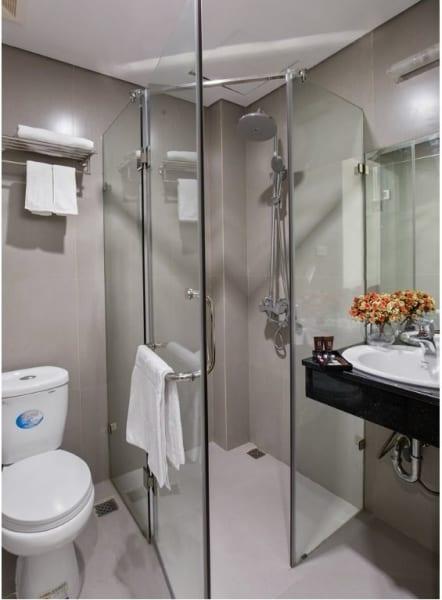 Phòng tắm kính vát góc 135 độ