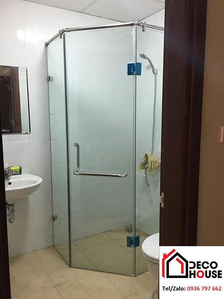 Mẫu phòng kính tắm vát góc 135 độ