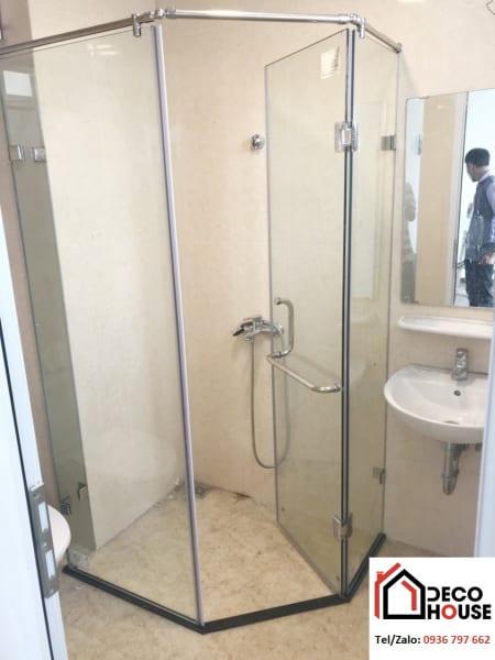 Mẫu vách kính tắm cửa mở 135 độ