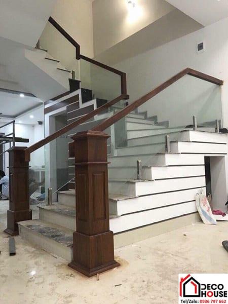 Cầu thang kính tay vịn gỗ trụ lửng