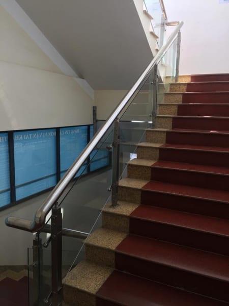 cầu thang kính tay vịn inox