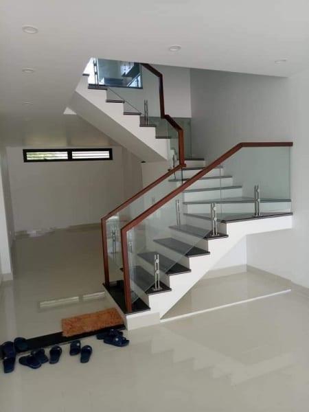 Cầu thang kính trụ lửng