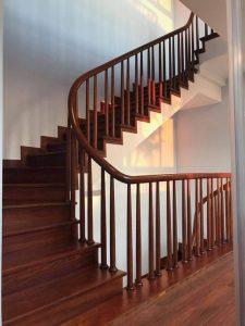 Nên lựa chọn cầu thang kính hay cầu thang gỗ tự nhiên?