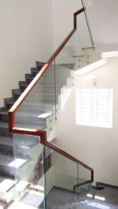 Giá cầu thang kính và các mẫu cầu thang kính thông dụng