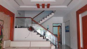 Cầu thang kínhlà loại cầu thang được tạo nên bởi vật liệu chính là kính cường lực cùng các phụ kiện đi kèm. Cầu thang kính và sự hiện diện của nó tại bất cứ không gian nào đều mang đến vẻ đẹp tinh tế, sang trọng và hiện đại.