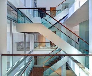 Có nên dùng lan can cầu thang kính không trụ không?