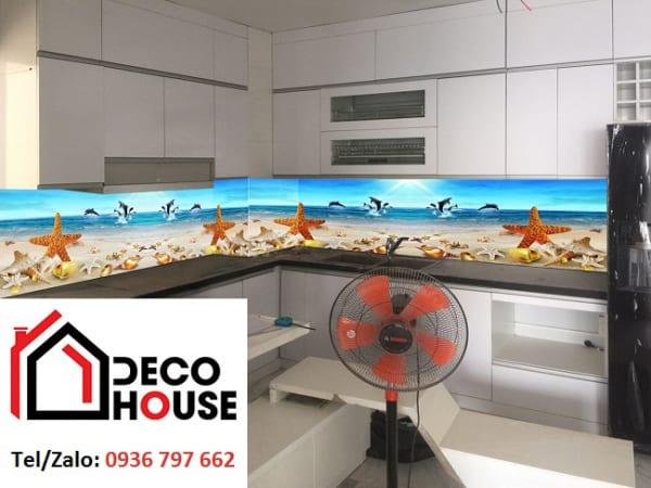 Mẫu kính ốp bếp bãi biển đẹp
