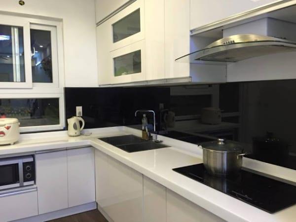 Kính ốp bếp màu đen đơn giản tạo sự tinh tế, sang trọng cho căn bếp