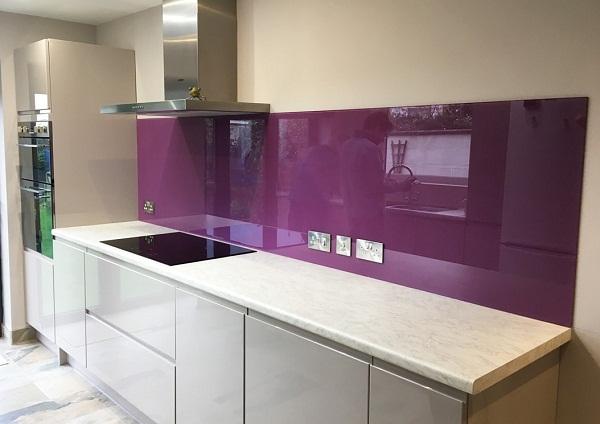 Kính ốp bếp màu tím hiện đại