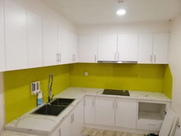 Kính ốp bếp màu vàng chanh dịu mát, không quá rực rỡ tạo cảm giác tươi sáng hơn cho gian bếp