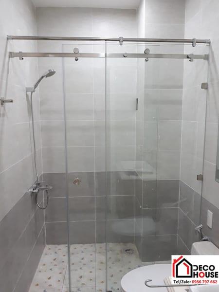 Lắp vách kính tắm cửa lùa đẹp