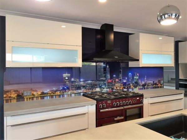 Mẫu kính bếp đẹp phong cảnh thành phố