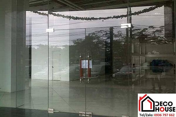 cửa kính lùa 2 cánh có 2 vách hai bên và vávh trên
