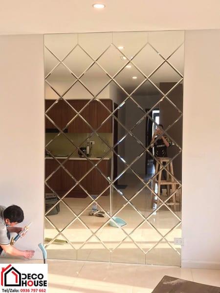 Gương dán tường trang trí phòng bếp
