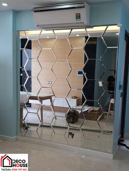 Mẫu gương trang trí phòng khách kiểu tổ ong