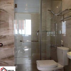Phòng tắm kính cửa mở