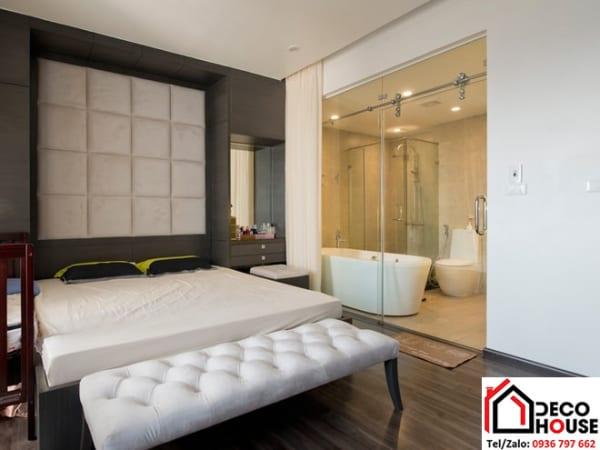vách ngăn kính giữa phòng tắm và phòng ngủ