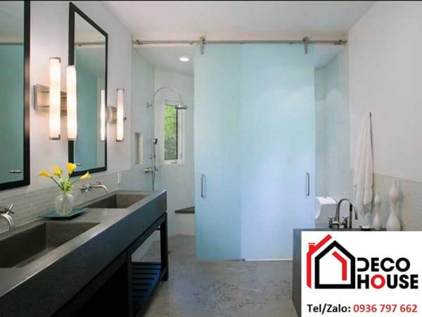Vách kính cường lựcmờ tạo điểm nhấn nhà tắm
