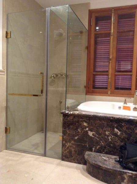 vách kính nhà tắm vuông góc đẹp