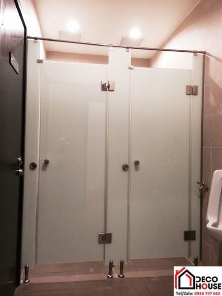 Vách kính nhà tắm mờ