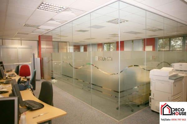 Vách ngăn văn phòng kính cường lực dán đề can tạo không gian làm việc riêng tư