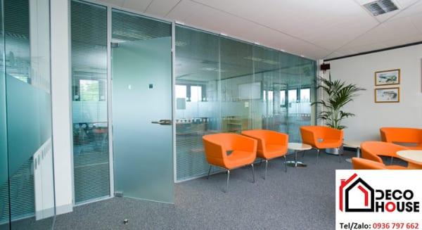 Mẫu vách ngăn kính cường lực văn phòng dán đề can ngăn cách khu vực làm việc