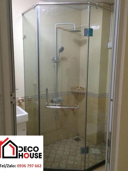 Vách kính nhà tắm vát góc tiết kiệm diện tích