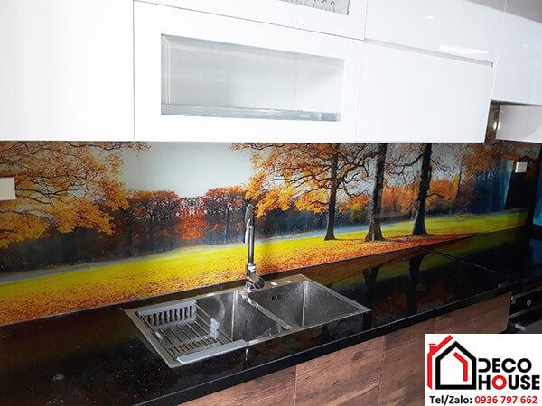 Tranh kính cường lực ốp tường bếp phong cảnh