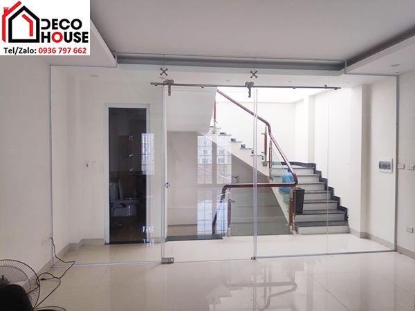 Cửa kính cường lực lùa khu vực cầu thang