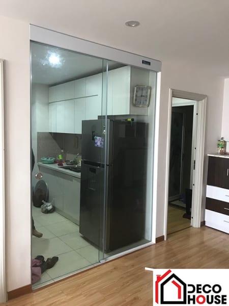 Cửa kính cường lực mở lùa ngăn phòng khách, phòng bếp chung cư