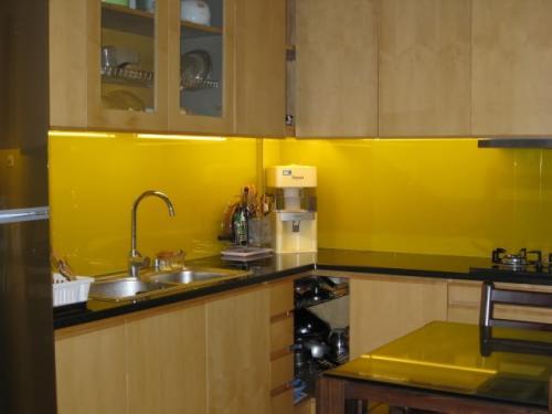Mẫu kính ốp bếp màu vàng thư đẹp, sang trọng cho nhà bếp
