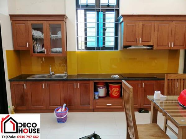 Kính ốp tường bếp màu vàng thư đẹp