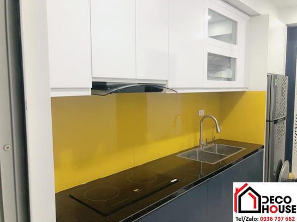 Kính ốp tường bếp màu vàng thư