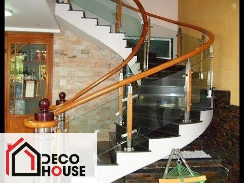 Cầu thang kính cong tay vịn gỗ điểm nhấn trang trí nổi bật