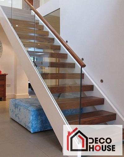 Cầu thang kính dọc không trụ tay vịn và bậc cầu thang bằng gỗ