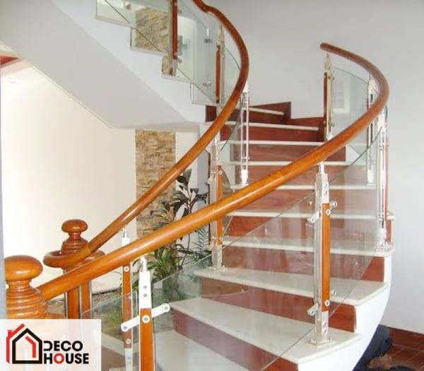 Cầu thang kính cường lực cong sang trọng, hiện đại cho ngôi nhà