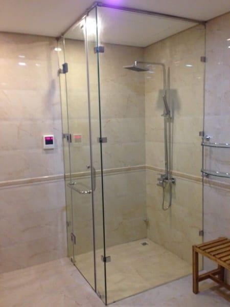 Vách tắm kính 90 độ cửa mở