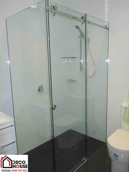 Vách kính tắm vuông góc 90 độ cửa lùa