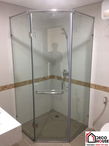 Vách tắm kính 135 độ đẹp