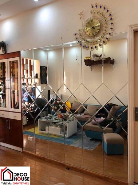 Gương ốp dán tường trang trí phòng khách