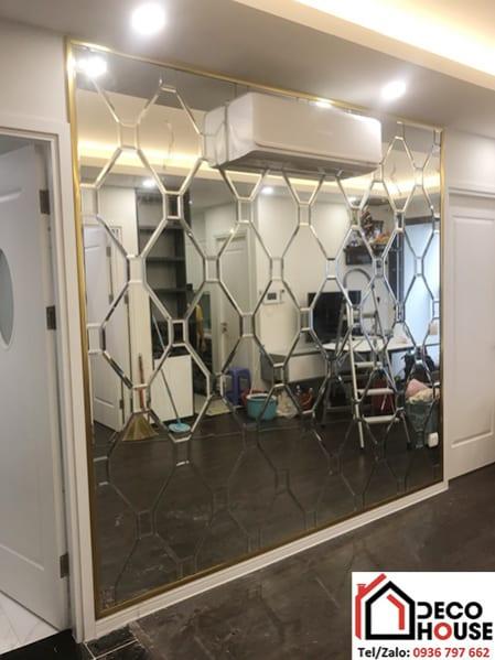 Lắp đặt gương trang trí dán tường tại Hà Nội