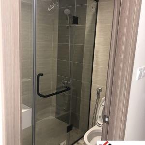 Vách tắm kính phụ kiện màu đen